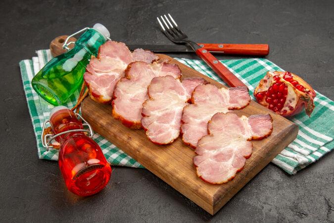 前视图新鲜切片火腿木桌和灰色食品照片生猪的颜色