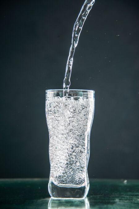 一杯苏打水倒在深色饮料上的正面照片香槟圣诞水