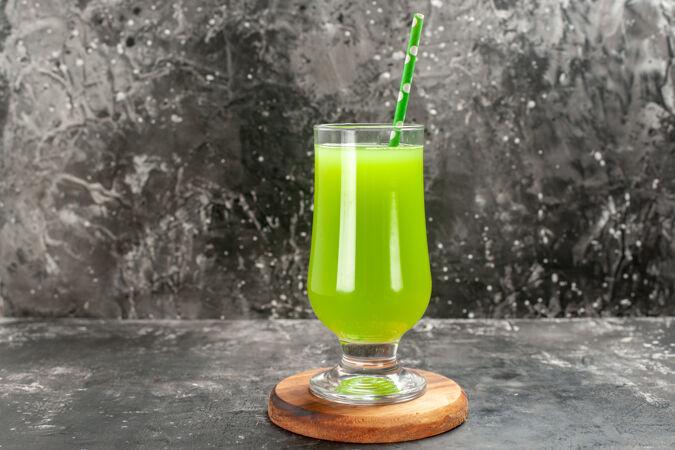 前视图绿色苹果汁内杯浅灰色吸管彩色照片饮料鸡尾酒吧水果