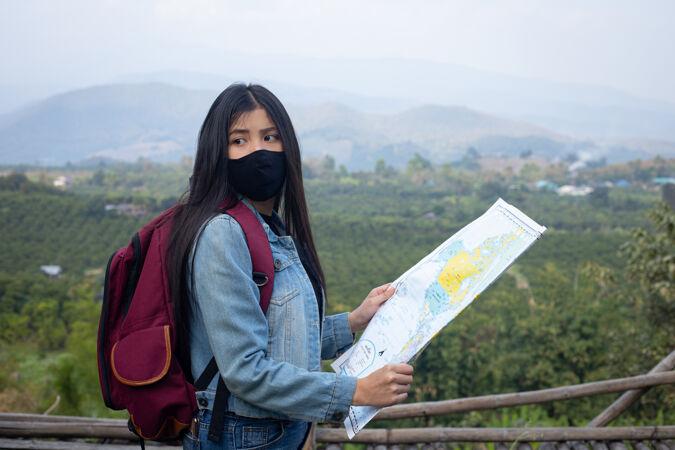 旅游女孩在地图上寻找正确的方向