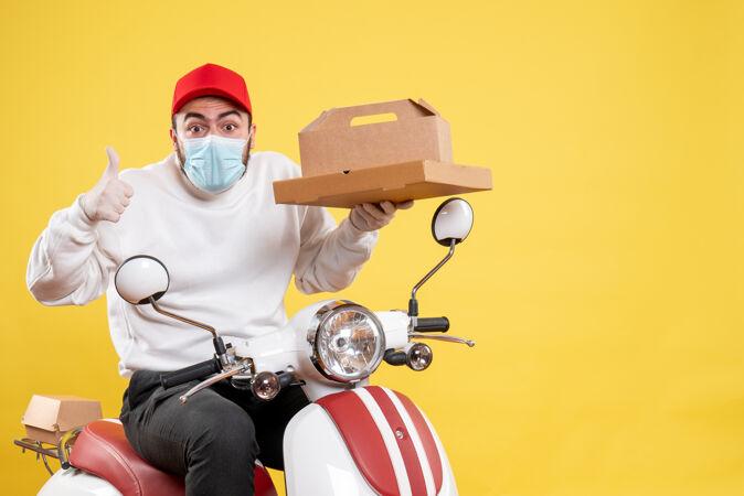 戴着面具的男快递员拿着黄色的快递食品