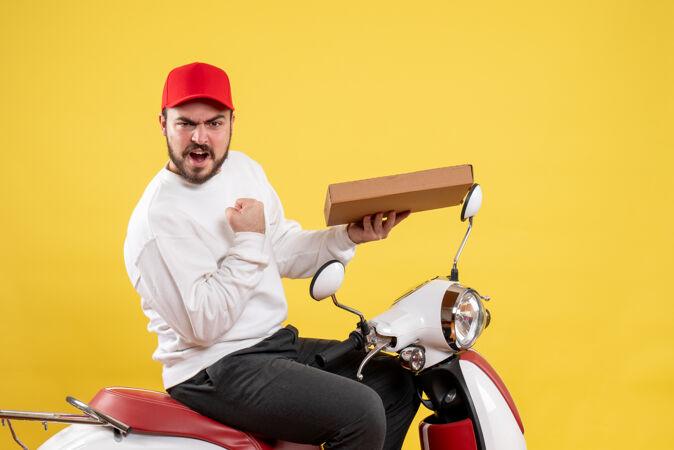 男快递员拿着黄色的快递食品