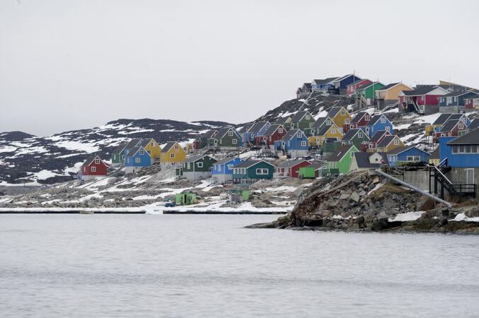 格陵兰aasiaat市彩色房屋的空中拍摄