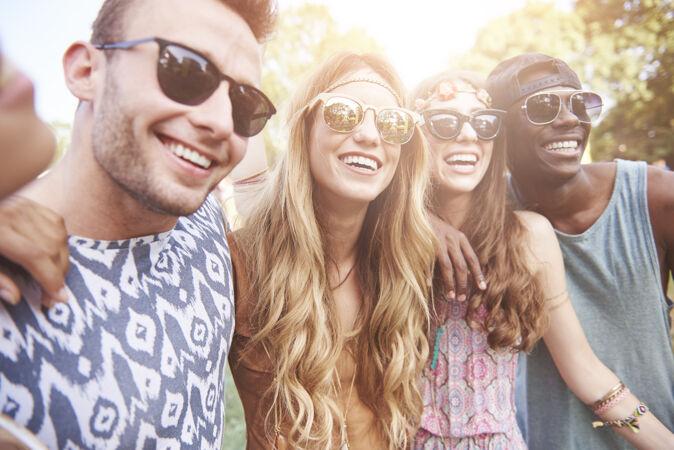 年轻开朗的人们在一起玩得很开心
