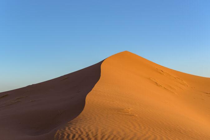 在撒哈拉沙漠拍摄沙丘 摩洛哥