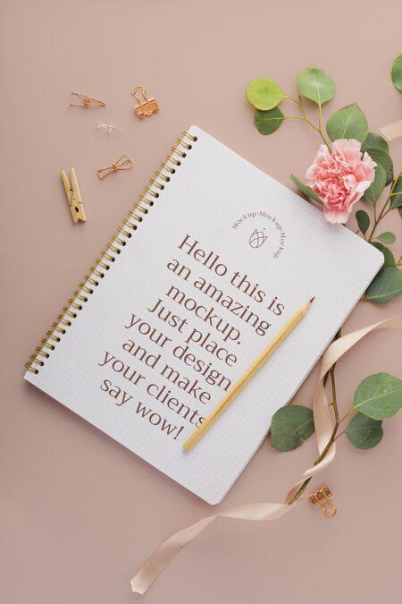 顶视图笔记本和花