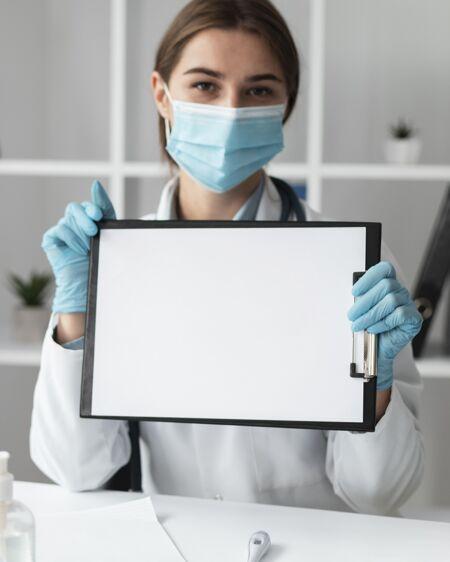 女医生拿着模拟剪贴板