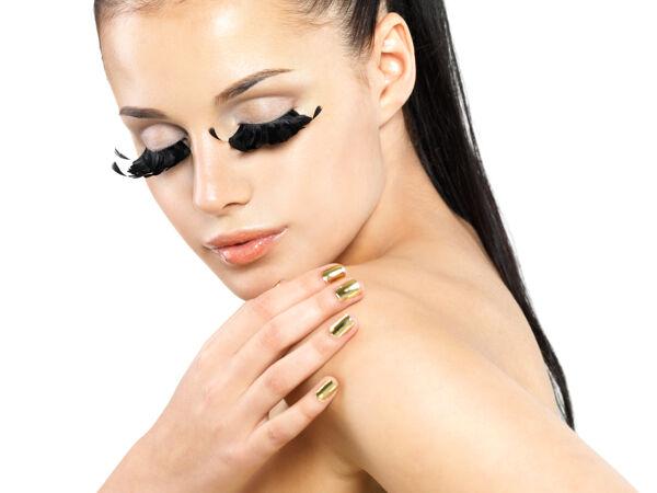 美丽女人的特写肖像 黑色假睫毛 金色指甲