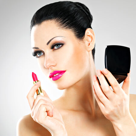 美女化妆 嘴唇上涂上粉红唇膏女人 时尚 美女 脸 化妆品 工具 皮肤 女性 美丽 肖像 魅力 粉 梳子 套装 准备 黑发 Rouge 眼影