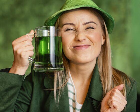戴帽子的笑脸女人在酒吧喝酒庆祝圣帕特里克节