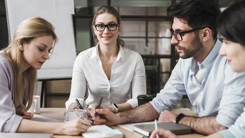 在和同事开会时戴眼镜的职业女商人